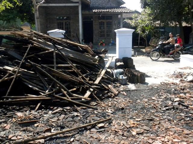 Rumah tukang becak, Sadino, 55, warga Kampung Sidomulyo RT 050/RW 015, Kelurahan Sragen Wetan, Sragen ludes terbakar, tinggal tumpukan usuk bambu tertumpuk di pinggir jalan, Kamis (9/8/2012). (Tri Rahayu/JIBI/SOLOPOS)