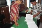Pegawai Badan Kepegawaian Daerah (BKD) Boyolali melakukan sidak PNS pada hari pertama masuk kerja usai Lebaran di Kantor UPT Dikdas dan LS Kecamatan Boyolali Kota, Jumat (24/8/2012).  (Farida Trisnaningtyas/JIBI/SOLOPOS)
