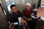 Anggota Komisi Kepolisian Nasional (kompolnas) Edi Hasibuan (kiri) dan Hamidah Abdulrahman memberikan keretangan pers saat mengunjungi Pos Polisi Singosaren, Rabu (5/9/2012). Sebelumnya di tempat tersebut terjadi penyerangan yang menewaskan angota Polresta Solo Bripka Dwi Data Subekti. (JIBI/SOLOPOS/Sunaryo Haryo Bayu)