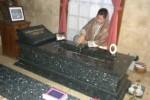 Titik Fauzi Bowo Nyekar di makam orangtuanya di Klaten, Selasa (18/9/2012). (Iskandar/JIBI/SOLOPOS)