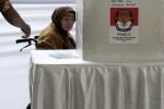Seorang warga yang menggunakan kursi roda tetap menggunakan hak pilih mereka dalam pemilihan langsung cagub dan cawagub DKI Jakarta di TPS 25, Taman Suropati, Jakarta, Kamis (20/9/2012). (JIBI/SOLOPOS/Antara)