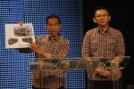 Joko Widodo dan Basuki Tjahaja Purnama alias Ahok memperlihatkan salah satu program kerja saat debat publik di studio Metro TV belum lama ini. (JIBI/SOLOPOS/Antara)