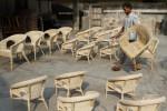 Seorang pengrajin menjemur kursi berbahan dasar rotan di daerah Trangsan, Sukoharjo. (JIBI/SOLOPOS/Dok.)