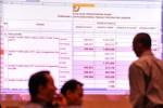 Pengunjung melintasi papan penghitungan suara pada rapat pleno rekapitulasi suara Pilkada DKI Jakarta putaran kedua di Hotel Borobudur, Jakarta, Jumat (28/9/2012). Rekapitulasi suara tingkat provinsi tersebut menempatkan pasangan Joko Widodo (Jokowi)-Basuki Tjahaja Purnama (Ahok) resmi sebagai pemenang dengan perolehan 2.472.130 suara (53,82 persen), sedangkan pasangan incumbent, Fauzi Bowo-Nachrowi Ramli memperoleh 2.120.815 (46,18 persen) dari jumlah suara sah. (JIBI/SOLOPOS/Antara)