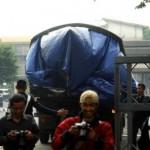 Bangkai pesawat yang jatuh dibalut terpal biru tertutup dievakuasi oleh petugas di area gedung PT Dirgantara Indonesia Bandung, Jawa Barat, Sabtu (29/9). Pesawat jenis Bravo 202 milik Federasi Aero Sport Indonesia (FASI) jatuh saat melakukan manuver di udara pada acara Bandung Air Show 2012, pilot Marsekal Muda Purn Nurman Lubis dan asisten pilot Toni berada di dalam pesawat meninggal dunia. (Foto: Rachman/JIBI/Bisnis)