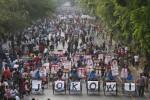 Sejumlah tukang becak membawa poster Jokowi-Ahok saat konvoi di Jl Slamet Riyadi, Solo, Minggu (9/9). Kegiatan itu sebagai bentuk dukungan kepada pasangan tersebut menjelang putaran kedua Pilkada DKI Jakarta.  (Foto: Agoes Rudianto/JIBI/SOLOPOS)