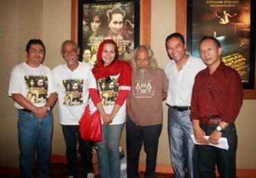 Para pemain dan sutradara film Misteri Pasar Kaget berfoto bersama seusai pemutaran perdana film tersebut di Bioskop 21, Plaza Ambarrukmo, Jogja, Rabu (26/9).(JIBI/Harian Jogja/Holy Kartika N.S)