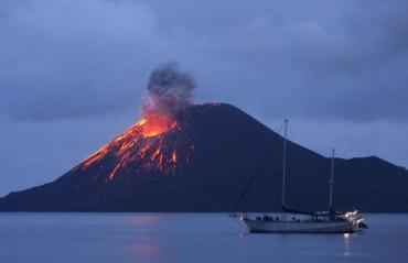 Gunung Anak Krakatau saat meletus beberapa tahun silam