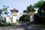 Pengendara melintas di gapura Kawasan Wisata Alam Deles Indah, Sidorejo, Kemalang, Senin (24/9/2012). (Arif Setiadi/JIBI/Solopos)