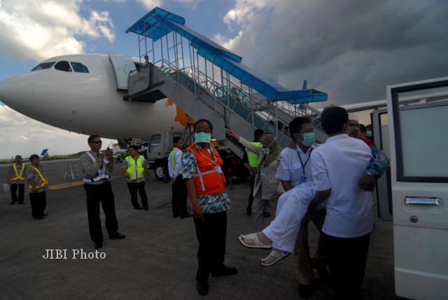 Seorang jemaah haji yang sakit dievakuasi ke ambulans saat tiba di Bandara Adi Soemarmo dalam pemulangan musim haji tahun lalu. (JIBI/SOLOPOS/Agoes Rudianto)