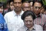 Jokowi saat menemani Megawati  di pencoblosan putaran pertama Pilgub DKI, 11 Juli 2012. (detik)