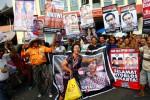 Puluhan penarik becak menggelar aksi sambil membawa poster dukungan untuk Walikota yang juga calon gubernur DKI, Joko Widodo, di depan Pasar Gede Solo, Rabu (19/9/2012).(Dwi Prasetya/JIBI/SOLOPOS)