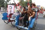 Walikota Solo Joko Widodo disambut puluhan tukang becak di Kottabarat dan naik becak hingga Loji Gandrung saat tiba di Solo Jumat (21/9/2012). Jokowi dielu-elukan warga di sepanjang jalan setelah memenangkan penghitungan cepat Pilkada DKI Jakarta. (JIBI/SOLOPOS/ Sunaryo Haryo Bayu)