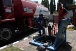 Petugas memindahkan BBM dari truk ke tangki SPBU (JIBI/SOLOPOS/Burhan Aris Nugraha)