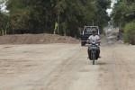 Jalan Desa Donohudan, Ngemplak, Boyolali, diwarnai pemandangan tanah uruk untuk proyek tol Solo-Kertosono, Minggu (7/10/2012). Pemdes dan warga Donohudan, saat ini, khawatir menunggu kejelasan ganti rugi atas aset desa yang terkena proyek tol itu. (Oriza Vilosa/JIBI/SOLOPOS)