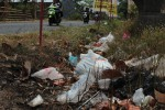 Sampah berserakan di saluran air di seberang lokasi pembuangan sampah Jurang Jugruk, Desa Gagaksipat, Ngemplak. Foto diambil baru-baru ini. (Oriza Vilosa/JIBI/SOLOPOS)