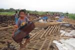 Warga evakuasi barang setelah diterjang angin puting beliung di Boyolali, Senin (89/10/2012). (Septhia Ryanthie/JIBI/SOLOPOS)
