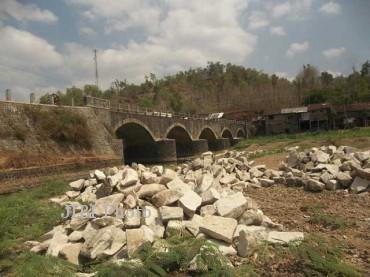 Jembatan Nglaran yang menghubungkan wilayah Kecamatan Trtomoyo dengan Batuwarno, Wonogiri. (JIBI/SOLOPOS/Andi Sumarsono)