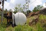 Truk Tangki bermuatan 38 ton semen terguling ke dasar jurang sekitar 5 meter di tepi jalan raya di Desa Keboan, Ampel, Boyolali. Foto diambil Senin (15/10/2012).  (JIBI/SOLOPOS/Septhia Ryanthie)