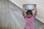 Seorang anak perempuan membawa panci di sebuah kamp pengungsi di Rakhine, Myanmar, Selasa (11/10/2012). Kekerasan meletus pada Juni 2012 antara etnis Buddha Rakhine dan Rohingya, menewaskan sedikitnya 77 orang dan mengakibatkan 75.400 orang mengungsi. (Reuters)