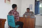 Kasatlantas Polres Boyolali, AKP Sugino (kanan) saat menerima laporan pengakuan dari pelaku korban tabrak lari di Jl Boyolali-Semarang, tepatnya di depan Kantor Kecamatan Mojosongo, Boyolali, Selasa (23/10/2012). Foto diambil Kamis (25/10/2012). (JIBI/SOLOPOS/Septhia Ryanthie)