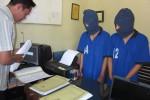 Dua Tersangka pengedar narkoba, Teki dan Aji, saat diperiksa petugas di Mapolres Boyolali, Rabu (24/10/2012). (Septhia Ryanthie/JIBI/SOLOPOS)