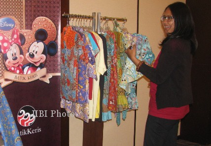 Salah satu tamu melihat koleksi batik Disney Keris yang dipamerkan dalam re-launching Batik Keris Disney, Selasa (30/10/2012) di Executive Lounge, Royal Ambarrukmo Hotel. (Holy Kartika NS/JIBI/Harian Jogja)