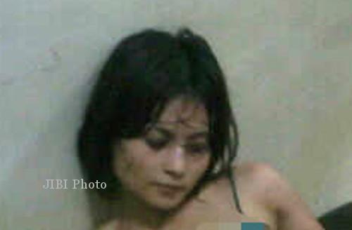 Potongan foto yang menghebohkan karena diambil di kantor polisi sesaat setelah Novi Amalia ditangkap. (sidomi.com)
