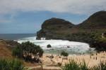 Pantai Sembukan di Kecamatan Paranggupito, Wonogiri, meski indah tetap punya potensi rawan kecelakaan karena berada di tepi Samudera Hindia yang berombak besar. (JIBI/Solopos/Trianto Hery Suryono)