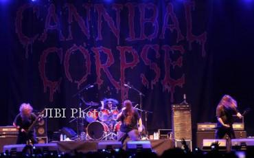 Grup musik underground asal Amerika Serikat Cannibal Corpse tampil dalam konser Rock in Solo di Alun-alun Utara Keraton Kasunanan Surakarta, Sabtu (13/10/2012) malam. Rock in Solo meruapakan gelaran musik rock terbesar di Indonesia yang sudah berlangsung enam kali. (Foto: JIBI/SOLOPOS/Burhan Aris Nugraha)