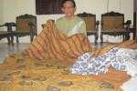 Wiyono menunjukkan batik tulis klasik hasil karyanya di rumahnya di Kelurahan Serengan, Serengan, Solo, Senin (8/10/2012). (Muhammad Khamdi/JIBI/SOLOPOS)