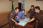 Kepala Kejaksaan Negeri (Kajari) Boyolali, Hendrik Selalau (kiri), Kamis (11/10), menandatangani MoU bersama Direktur PT BPR Syariah Sukowati Sragen, Fakhruddin Nur di Kantor Kejari Boyolali.(Foto:Istimewa)