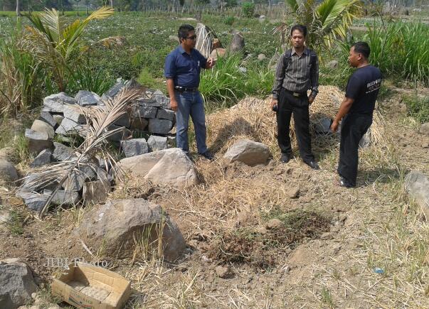 Dua staf BP3 Jateng sedang memeriksa lokasi Situs Watu Kandang di Matesih, Karanganyar, yang dirusak pemilik tanah, Selasa (2/10/2012). (Kurniawan/JIBI/SOLOPOS)