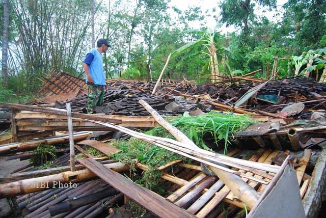 Sebuh rumah yang roboh akibat angin ribut yang melanda kawasan Kecamatan Prambanan dan Manisrenggo, Klaten yakni milik Sunarti, warga Dukuh Tegal Ngasem, Desa Nangsri, Manisrenggo, Kamis (1/11/2012). Ratusan rumah lainnya mengalami kerusakan akibat bencana alam itu. (JIBI/SOLOPOS/Arief Setiadi)