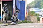 Sejumlah personil Brimob bersiaga dalam operasi penangkapan dua orang terduga kelompok radikal, di kelurahan Kanyamanya, Kecamatan Poso Kota, Kabupaten Poso, Sulawesi Tengah, Sabtu (3/11/2012). (JIBI/SOLOPOS/Antara)