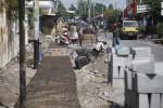 Pekerja tengah menggarap pembangunan jalur pejalan kaki yang menghubungkan Stasiun Jebres dengan selter bus BST di Jl Urip Sumoharjo. Jalur ini akan menjadi penghubung antarmoda dalam rangka integrasi angkutan umum. (JIBI/SOLOPOS/Agoes Rudianto)