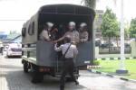 Personel Polres Boyolali menaiki truk pengangkut untuk menangani ancaman kerusuhan dalam simulasi kejadian perkara luar biasa (KPLB) di Mapolres Boyolali, Sabtu (3/11/2012). (JIBI/SOLOPOS/Septhia Ryanthie)