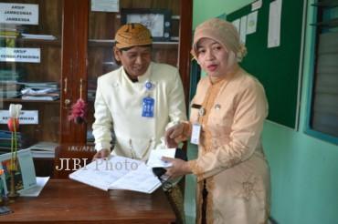 PNS di lingkungan Pemkab Karanganyar mengenakan pakaian tradisional beskap dan kebaya dalam rangka memperingati HUT ke-95 Kabupaten Karanganyar. (JIBI/SOLOPOS/Bony Eko Wicaksono)