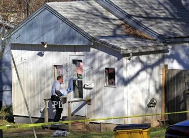Polisi melakukan olah tempat kejsadian perkara di rumah tempat terjadinya penembakan di Independence, Kansas, AS. (www.kansascity.com)