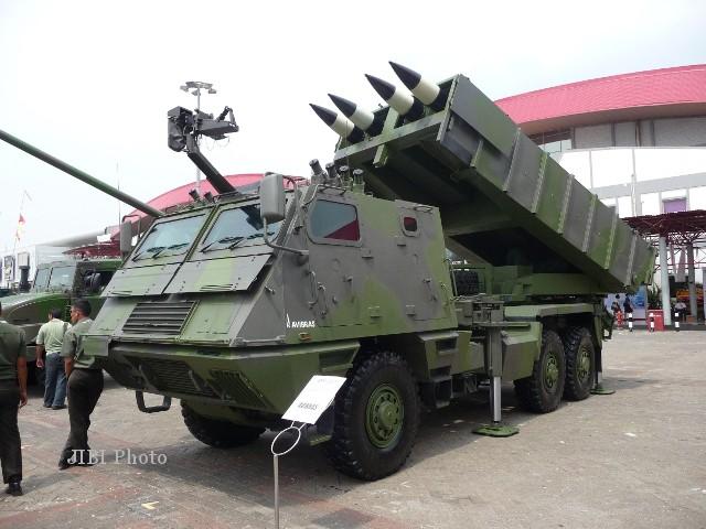 Sistem peluncur roket multilaras Avibras Astros II yang memperkuat TNI AD dipamerkan di ajang pameran produk pertahanan Indo Defence 2012 di JEC Kemayoran, Jakarta. (defense-studies.blogspot.com)