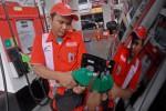 Petugas sebuah SPBU tengah mengisikan BBM Pertamax (JIBI/Bisnis Indonesia/Nurul Hidayat)