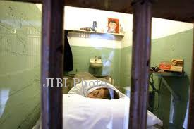 kepala boneka yang menirukan frank morris tengah tidur di selnya, dipasangi wig dari rambut para tahanan. (google)