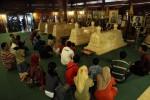 Peziarah berdoa di makam mantan Presiden RI Soeharto di Astana Giribangun, Kecamatan Matesih, Karanganyar, Sabtu (17/11/2012). Pada liburan dan memasuki bulan Suro jumlah peziarah di Astana Giribangun meningkat. (Burhan Aris Nugraha/JIBI/SOLOPOS)