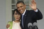 Barack Obama (kanan) merangkul Aung San Suu Kyi di kediaman Suu Kyi di Yangon, Senin (19/11/2012). (news.yahoo.com)