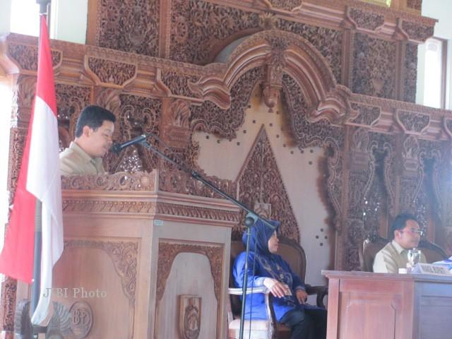 Salah seorang anggota Banggar DPRD Sragen, Tohar Achmadi (berdiri) membacakan laporan pembahasan Banggar DPRD Sragen tentang RAPBD Sragen tahun 2013, dalam sidang paripurna DPRD Sragen yang digelar di Pendapa Rumah Dinas Bupati Sragen, Rabu (28/11/2012). (Eni Widiastuti/JIBI/SOLOPOS)