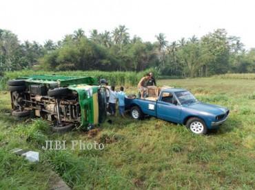 Truk bermuatan buah mangga terguling di Jalan Daendels Dusun Bayeman, Desa Sindutan, Temon, Kulonprogo Minggu (18/11/2012). (MG Noviarizal fernandez/JIBI/Harian Jogja)