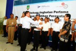 Executive Vice President (EVP) Human Capital and Corporate Affairs GMF, Harkandri M Dahler (tengah), secara simbolis menyerahkan segaram kepada siswa Program Pelatihan Perawatan Struktur Badan Pesawat di Solo Techno Park (STP), Senin (10/12/2012). (JIBI/Solopos/Dok.)