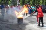 Salah seorang peserta mencoba memadamkan api dalam tong di halaman Kantor Pemkab Boyolali, Selasa (11/12/2012). Kegiatan itu merupakan bagian dari Simulasi Penanganan Darurat Bencana bagi Pelajar yang diadakan BPBD Provinsi Jateng dan BPBD Boyolali. (JIBI/SOLOPOS/Septhia Ryanthie)