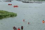 Peserta latihan penyelematan penumpang pesawat pada lokasi pendaratan darurat di Waduk Cengklik, Kecamatan Ngemplak , Boyolali, Rabu (12/12/2012). (Oriza Vilosa/JIBI/SOLOPOS)