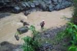 Penambang pasir mencari perlengkapan menambang yang hanyut saat air sungai Gandul, Cepogo pasang, Rabu (12/12/2012). (Septhia Ryanthie/JIBI/SOLOPOS)